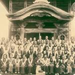 大仏様の祭典時のご祈祷に集まった檀信徒の皆さん(昭和7年)